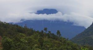 O Monte Kinabalu cobriu nas nuvens em Bornéu, Sabah, Malásia Foto de Stock