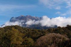 O Monte Kinabalu em Bornéu norte imagem de stock