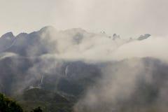 O Monte Kinabalu sob nuvens Fotos de Stock