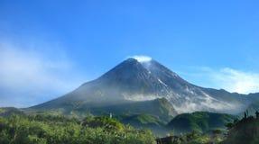 O Monte Merapi em Java central, Indonésia foto de stock