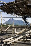 O Monte Merapi um da maioria de vulcões ativos em Indonésia imagens de stock royalty free