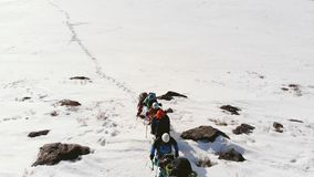 O monte oferece uma vista bonita nas árvores e nos campos cobertos de neve A inclinação com um passeio duro grande com filme