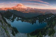 O Monte Rainier e Eunice Lake como visto do pico de Tolmie Vista do vulcão com um lago na opinião cênico do primeiro plano do  fotografia de stock royalty free