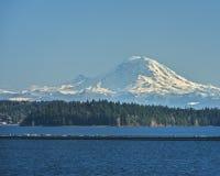 O Monte Rainier e ponte de flutuação 90 de um estado a outro sobre o lago Washin Foto de Stock