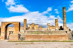 O Monte Vesúvio e ruínas da cidade antiga Pompeii imagens de stock royalty free