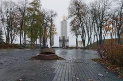 O monumento às vítimas da fome devotou às vítimas do genocídio dos povos ucranianos de 1932-1933 Kyiv ucrânia Manhã nevoenta Imagens de Stock