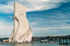 O monumento ao dos Descobrimentos de Padrao das descobertas comemora a idade portuguesa da descoberta e é ficado situado em Tagus fotos de stock
