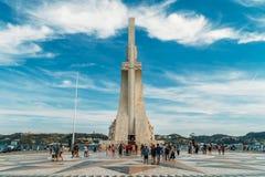 O monumento ao dos Descobrimentos de Padrao das descobertas comemora a idade portuguesa da descoberta e é ficado situado em Tagus fotografia de stock