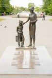 O monumento ao primeiro professor com clássicos, Volgograd Imagem de Stock Royalty Free