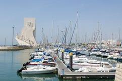 O monumento da descoberta pelo porto em Lisboa fotos de stock royalty free