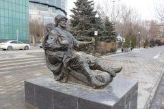 O monumento de bronze em uma rua da cidade imagem de stock