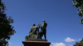 O monumento de Minin e de Pojarsky foi erigido em 1818, quadrado vermelho em Moscou, Rússia filme