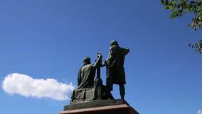 O monumento de Minin e de Pojarsky foi erigido em 1818, quadrado vermelho em Moscou, Rússia video estoque