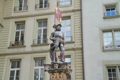 O monumento de um homem com bandeira e cão Fotos de Stock Royalty Free