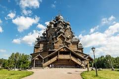 O monumento do cemitério de madeira de Pokrovsky da arquitetura em St P foto de stock royalty free