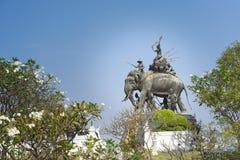 O monumento do rei Sri Suriyothai Thung Makham Yong imagens de stock