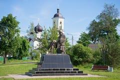 O monumento a F M Dostoevsky no dia do St Nicholas Church junho Staraya Russa, Rússia Imagem de Stock Royalty Free