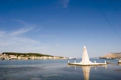 O monumento na ponte de Drapano, Argostoli, Kefalonia, Septem Fotos de Stock Royalty Free