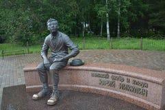 O monumento a Yuri Nikulin, em sua cidade natal de Demidov imagens de stock