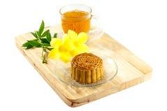 O mooncake delicioso e o chá quente com um amarelo florescem elementos Fotos de Stock Royalty Free