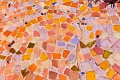 O mosaico com telhas dá um teste padrão colorido bonito fotos de stock
