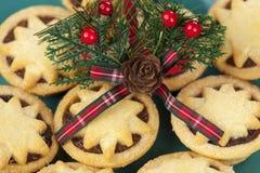 O motivo da tartã do Natal sobre a estrela coberta tritura tortas Fotografia de Stock Royalty Free