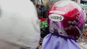 O motociclista comprou bens no mercado do alimento em Jakarta, Indonésia vídeos de arquivo