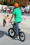 O motociclista e o skater de BMX no patim estacionam Fotos de Stock Royalty Free