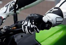 O motociclista entrega descansos na motocicleta da roda de direcção Imagens de Stock Royalty Free