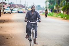 O motociclista escuro fotografia de stock