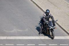 O motociclista espera no estradas transversaas em Berlim Imagem de Stock Royalty Free