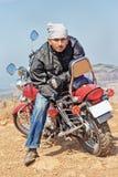 O motociclista manuseia acima do camarada Imagens de Stock