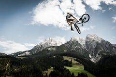 O motociclista salta altamente com sua bicicleta Imagens de Stock