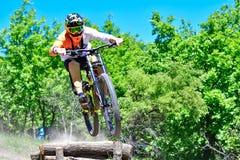 O motociclista salta da gota fotografia de stock royalty free
