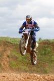 O motociclista salta na primeira fase de raça Imagens de Stock