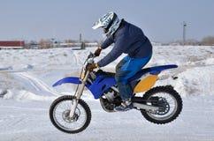 O motocross, excitador de motocicleta voa sobre o monte fotografia de stock royalty free