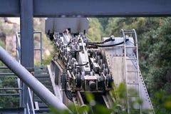 O motor da polia alinha do ropeway no cabines ou teleférico imagens de stock royalty free