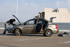 O motor do automóveis de exame do carro excitador fotografia de stock royalty free
