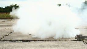 O motorbiker está girando circularmente com sua bicicleta no fumo video estoque
