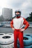 O motorista de Kart com o capacete nas mãos, vai-kart imagens de stock