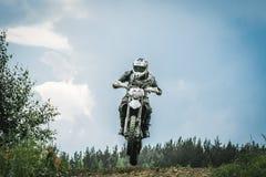 O motorista do motocross salta sobre a montanha Fotos de Stock Royalty Free