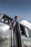 O motorista do trem do vapor olha fora de sua cabine Imagem de Stock Royalty Free