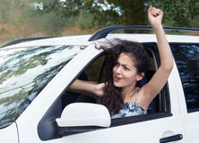 O motorista irritado da menina dentro do carro, olhar na distância, tem emoções e ondas, temporada de verão Fotografia de Stock