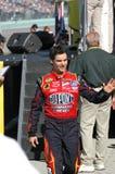 O motorista Jeff Gordon de NASCAR acena para aglomerar-se imagem de stock