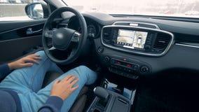 O motorista não está guardando uma roda de agitação quando o carro se mover Auto que conduz carros autônomos do piloto automático filme
