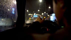 O motorista que come atrás do volante no carro estacionou pela estrada de cidade video estoque