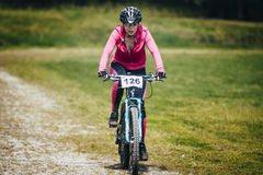 O Mountain bike da menina termina a raça Fotos de Stock