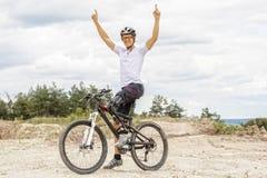 O Mountain bike deficiente que aumenta acima arma-se Imagens de Stock