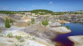 O movimento acima da inclinação do poço de argila cobre o lago passado às plantas raras vídeos de arquivo