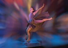 O movimento atlético da dança executou por um adolescente de Amerasian fotografia de stock